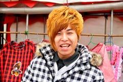 Pengzhou, China: Jugendlich mit dem gefärbten roten Haar Lizenzfreie Stockfotografie