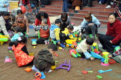 Pengzhou, China: Kinder am Spiel Stockbilder