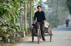 Pengzhou, China:  Landbouwer Riding Bicycle Cart Royalty-vrije Stock Foto's