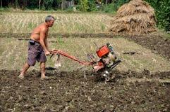 Pengzhou, China: Landwirt, der Feld pflügt Stockfotografie