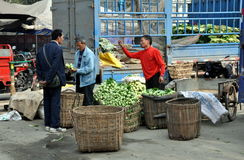 Pengzhou, China: Landwirte am Korb-Markt Stockbild