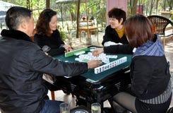 Pengzhou, China: Leute, die Mahjong spielen lizenzfreie stockfotografie