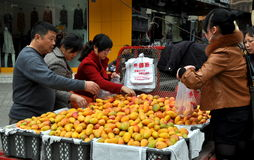Pengzhou, China: Leute-kaufende Mangofrüchte Stockfotos
