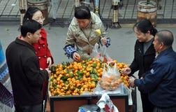 Pengzhou, China: Leute-kaufende Orangen lizenzfreie stockfotos