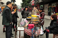 Pengzhou, China: Leute-kaufender Mais lizenzfreies stockbild