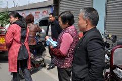 Pengzhou, China: Leute-kaufendes Salz lizenzfreie stockfotos