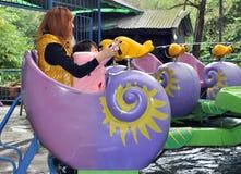 Pengzhou, China: Madre y niño en el parque de atracciones Foto de archivo