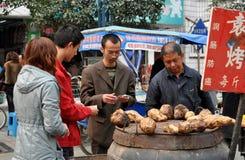 Pengzhou, China: Mann, der süße Kartoffeln verkauft Lizenzfreies Stockbild