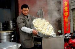 Pengzhou, China: Mann mit Tellersegment der Mehlklöße Lizenzfreies Stockbild