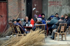 Pengzhou, China: Mayores que socializan afuera Fotos de archivo