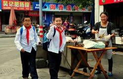 Pengzhou, China: Meninos de escola que compram petiscos Imagens de Stock Royalty Free