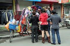 Pengzhou, China: Mensen die bij de Kar van de Fiets winkelen Stock Afbeeldingen