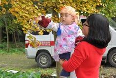 Pengzhou, China: Moeder met Baby Stock Foto
