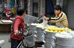 Pengzhou, China: Muchacho que vende las bolas de masa hervida Imagen de archivo