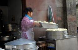 Pengzhou, China: Mujer con los bollos de Bao Zi Fotografía de archivo