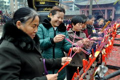 Pengzhou, China: Mujeres que encienden los palillos del incienso Imagen de archivo