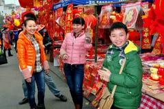 Pengzhou, China: Neues Jahr-Dekorations-Verkäufer Lizenzfreies Stockfoto