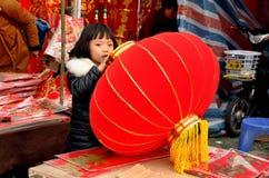 Pengzhou, China: Niña con la linterna del Año Nuevo Foto de archivo