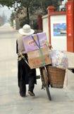 Pengzhou, China: Oude Mens die zijn Fiets loopt Royalty-vrije Stock Foto's