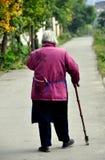 Pengzhou, China: Oude Vrouw die op Weg lopen Royalty-vrije Stock Foto