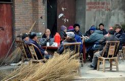 Pengzhou, China: Oudsten die buiten socialiseren Stock Foto's
