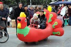 Pengzhou, China: Paseo del pollo en nuevo cuadrado Fotografía de archivo libre de regalías