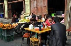 Pengzhou, China: Povos que comem no restaurante Foto de Stock