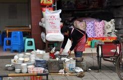Pengzhou, China: Pratos de lavagem da mulher imagens de stock royalty free