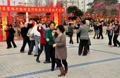 Pengzhou, China: Senioren, die in Park tanzen Lizenzfreies Stockbild