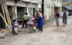 Pengzhou, China: Straßen-Szene und Radfahrer Stockfotos