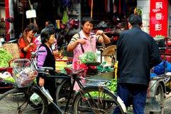 Pengzhou, China: Tian Fu Outdoor Marketplace Imágenes de archivo libres de regalías