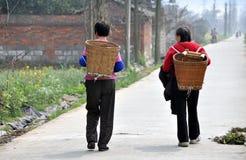 Pengzhou, China: Twee Vrouwen bij de Landweg Stock Fotografie