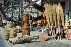 Pengzhou, China: Vassouras e cestas Fotos de Stock Royalty Free