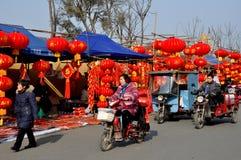 Pengzhou, China: Vendedores chinos de la decoración del Año Nuevo Fotografía de archivo libre de regalías