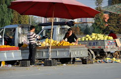 Pengzhou, China: Vendors Selling Fruit Stock Image