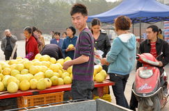 Pengzhou, China: Vendors Selling Pomelo Fruits Royalty Free Stock Images