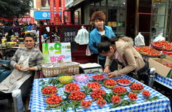 Pengzhou, China: Verkäufer, die Erdbeeren verkaufen Stockfoto