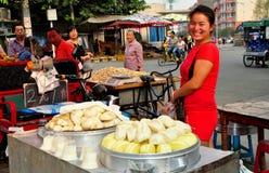 Pengzhou, China: Verkoper die Bao Zi Dumplings verkopen Stock Foto's