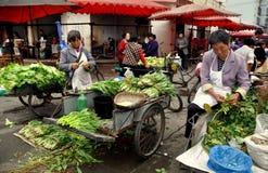 Pengzhou, China: Vrouwen die Greens verkopen bij Markt Royalty-vrije Stock Afbeelding