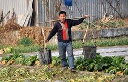 Pengzhou, Chine : Agriculteur avec des seaux d'eau Photo libre de droits