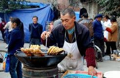 Pengzhou, Chine : Constructeur de nourriture de festival de rue Images libres de droits