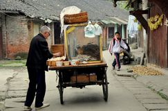 Pengzhou, Chine : Constructeur de nourriture sur Hua Lu Images libres de droits