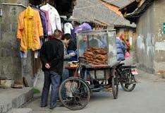 Pengzhou, Chine : Constructeur vendant l'oie cuite Photos stock