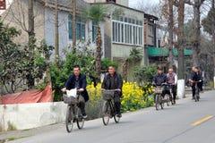 Pengzhou, Chine : Cyclistes sur la route de campagne Image stock