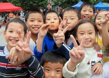 Pengzhou, Chine : Enfants heureux dans le grand dos neuf Photos stock