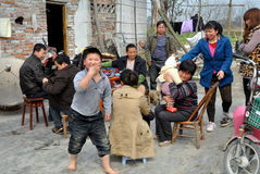 Pengzhou, Chine : Famille chinoise Image stock