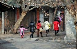 Pengzhou, Chine : Femmes marchant sur Hua Lu Photos stock