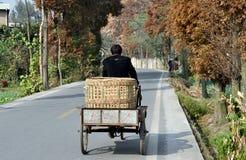 Pengzhou, Chine : Fermier pédalant sur la route de campagne Photographie stock