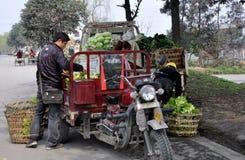 Pengzhou, Chine : Fermiers chargeant le produit Image stock