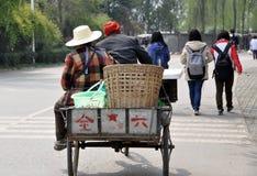 Pengzhou, Chine : Fermiers dans le chariot de bicyclette Images libres de droits